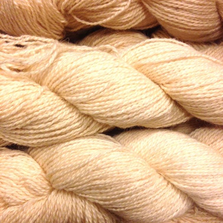 Spelsau, Noorse wol, deze wol voelt stevig aan en is heel sterk. Na het weven is de plaid gewassen en gestreken met de stoomstrijkbout. De plaid is wit geworden en mooi van structuur en zacht.