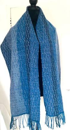 shawl wol blauw hangend